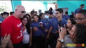 Carlos Beltrán reparte ayuda en Manatí