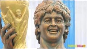 Se vacilan la estatua de Maradona