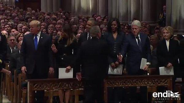 El pícaro gesto de George W. Bush con Michelle Obama en el funeral de su padre