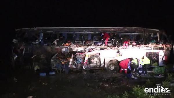 Funesto choque destruye una guagua llena de pasajeros en Bolivia
