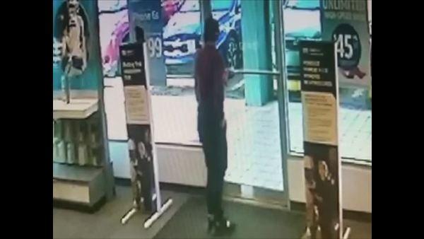 Policía divulga vídeo de asalto a tienda de celulares