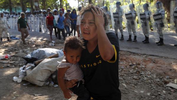 México detiene a 800 migrantes entre golpes y lágrimas