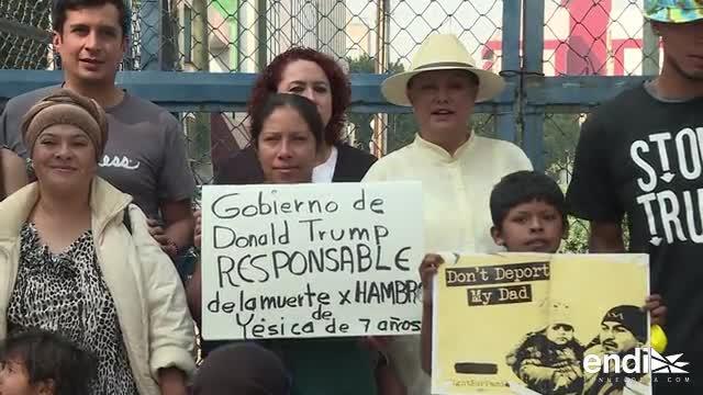 Grupo de migrantes deportados de Estados Unidos, protestan frente a la embajada