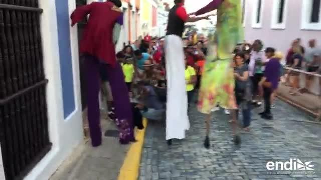 Zanquero se cae en medio de la celebración de la Calle San Sebastián
