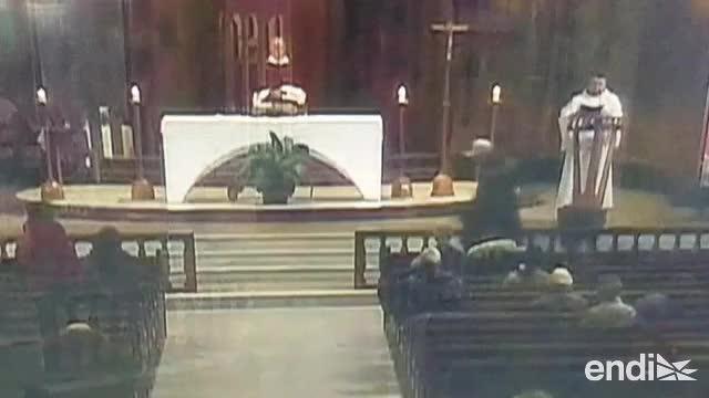 Graban el momento en que apuñalan a un sacerdote en plena misa