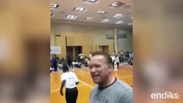 Mira el momento en que atacan con una patada a Arnold Schwarzenegger