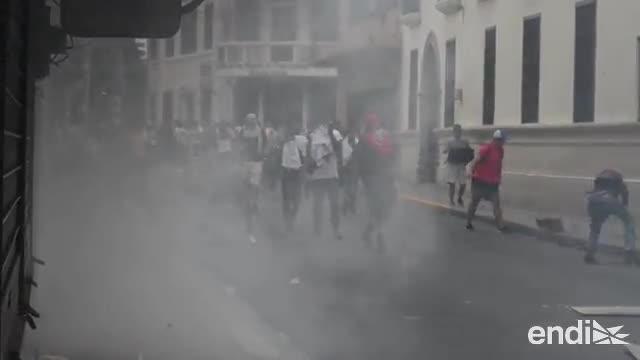 Policía de Honduras reprime manifestación contra reformas de educación y salud