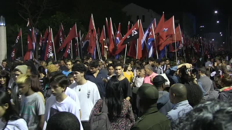 Marchan con antorchas para conmemorar a José Martí